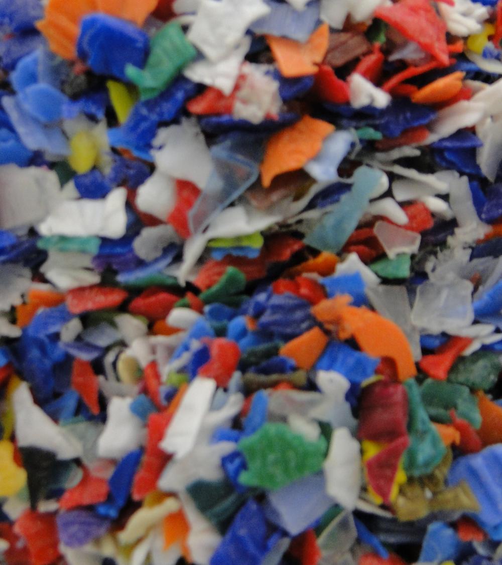 ¿Cómo eliminar olores en materiales plásticos reciclados?